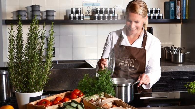 Kochschulen in Eppendorf. Auf dem Bild ist Cornelia Poletto zusehen, wie sie in der Küche ihrer Kochschule steht.