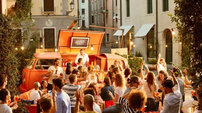 Menschen feiern das Aperol Spritz Festival