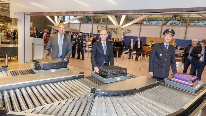 Bürgermeister Peter Tschentscher testet die neue Überholspur am Hamburg Airport