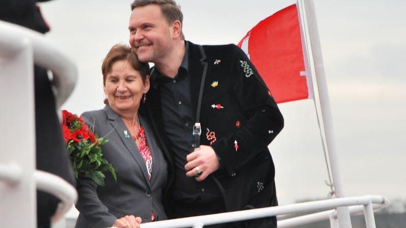 Hubert Neubacher umarmt während der Taufe seine Mutter