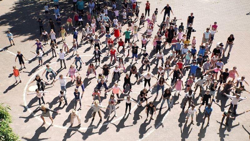Tanzende Kinder aus dem Musikvideo