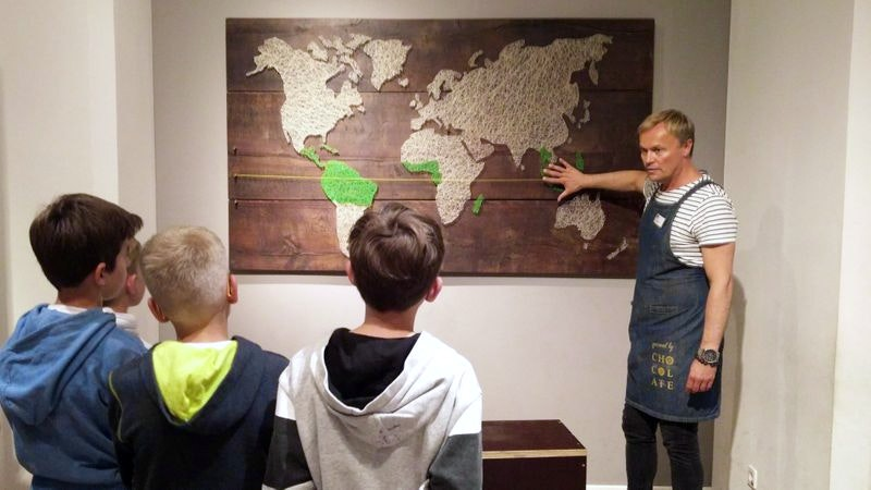 Tourguide Haldor erklärt, wo die Kakaobohne herkommt