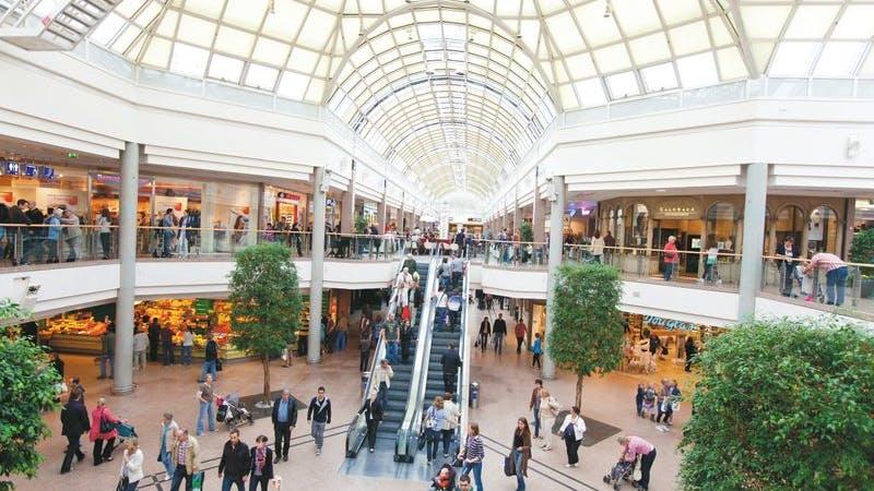 Blick von oben auf die Markthalle im Elbe Einkaufszentrum
