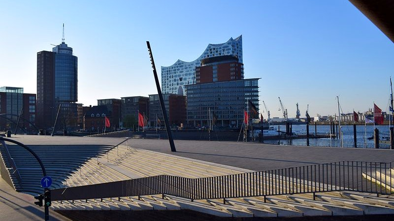 Blick auf die Hafenpromenade und Elbphilharmonie