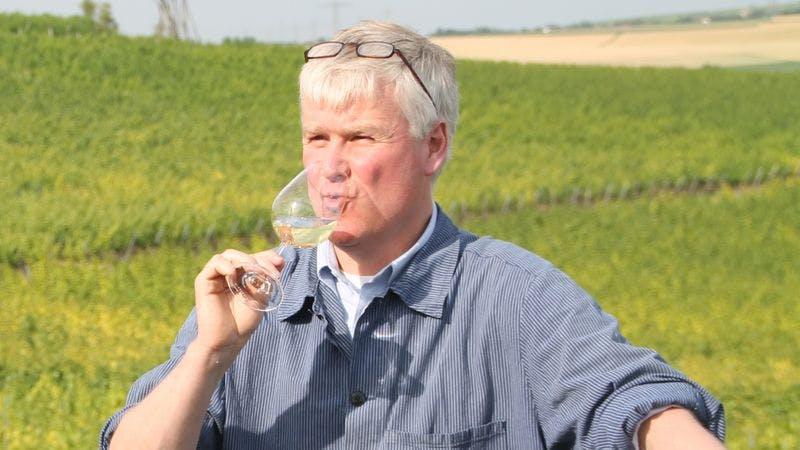 Holger Bracker aus dem Weinhaus Gröhl testet einen Wein