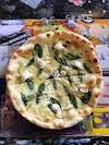 Eine Pizza mit Salbei.