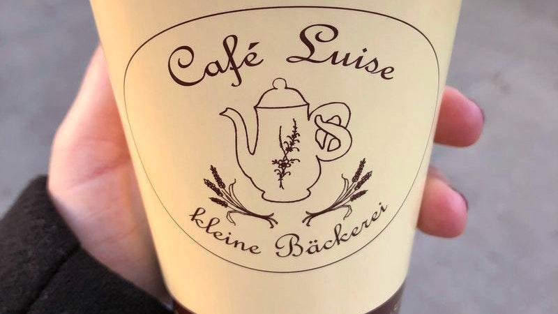 Das Café Luise in Fuhlsbuettel. Auf dem Bild ist ein Kaffeebecher aus dem Stadtteil zu sehen