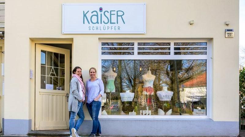 Die Kaiserschlüpfer-Gründerinnen Julia und Daniela vor ihrem neuen Laden in Groß Flottbek