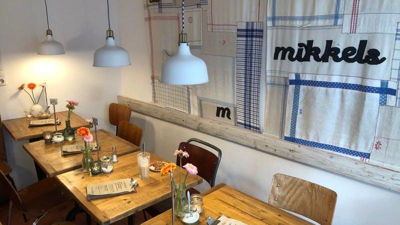 Das Mikkels: Auf dem Bild sind Tische und Stühle, die in dem Café stehen zu sehen