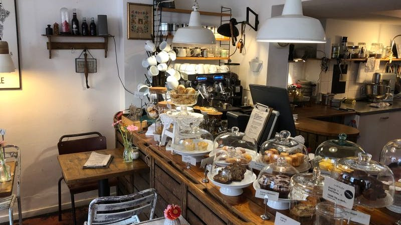 Das Café Mikkels. Auf dem Bild ist die Ladentheke des Café zu sehen.