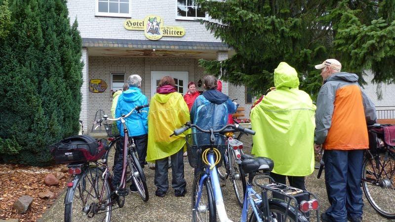 Kreaktiv macht viele Fahrradausflüge. Auf dem Bild ist die Gruppe, circa 15 Menschen mit einem Fahrrad vor einem Hotel zu sehen.