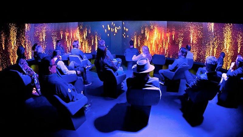 Raum mit Audio- und Videoinstallationen in der Panik City