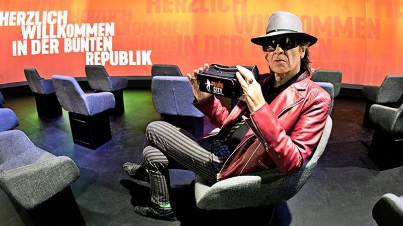 Udo Lindenberg hält eine Virtual-Reality-Brille in den Händen