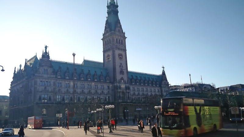 Blick auf das Rathaus in der Hamburger Innenstadt
