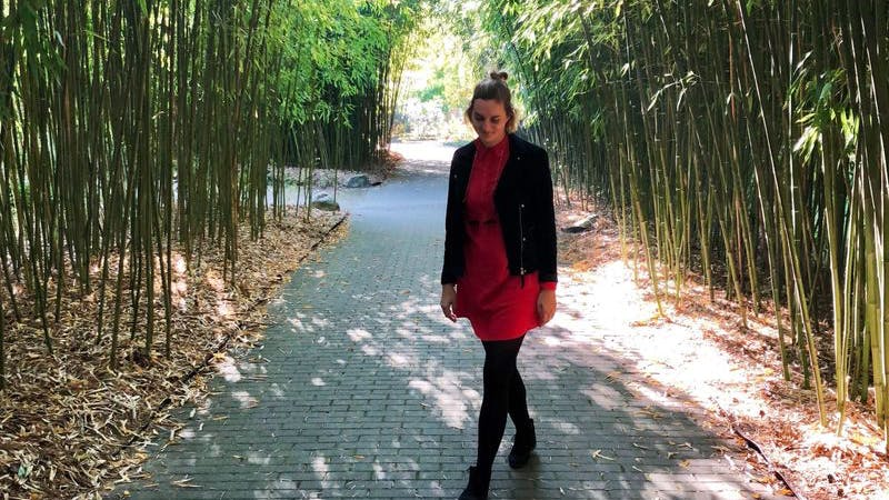Umsonst in Altona unterwegs: Stadtteilreporterin Isabel Moss vor dem Bambus im Loki-Schmidt Garten