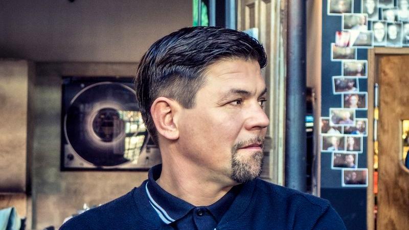 Tim Mälzer Porträt im Seitenprofil