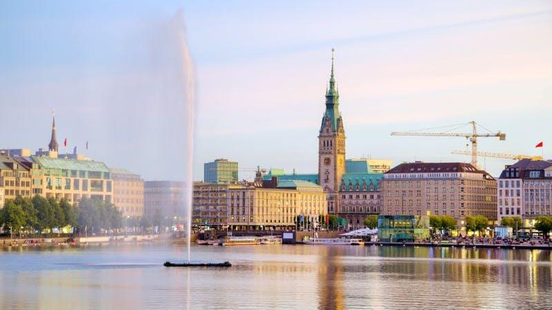 Blick auf Hamburger Binnenalster mit Fontäne