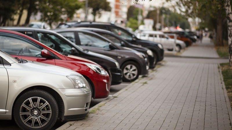 Autos stehen am Straßenrand dicht geparkt
