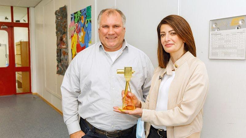 Linda Zervakis überreicht Björn Lengwenus die GOLDENE KAMERA