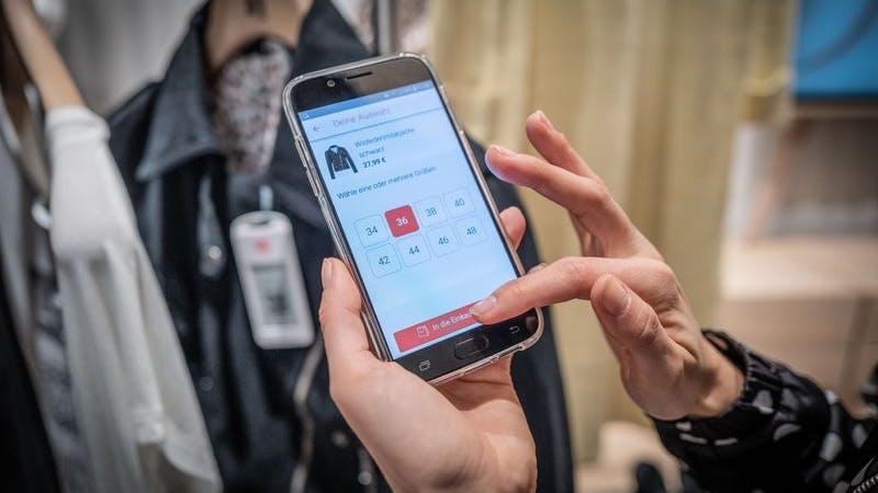 Wenn ein Kleidungsstück gefällt, wird per App die Größe ausgewählt