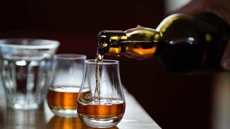 Schnaps, Hochprozentiges, Shots, Shotsgläser, Alkohol, Symbolbild