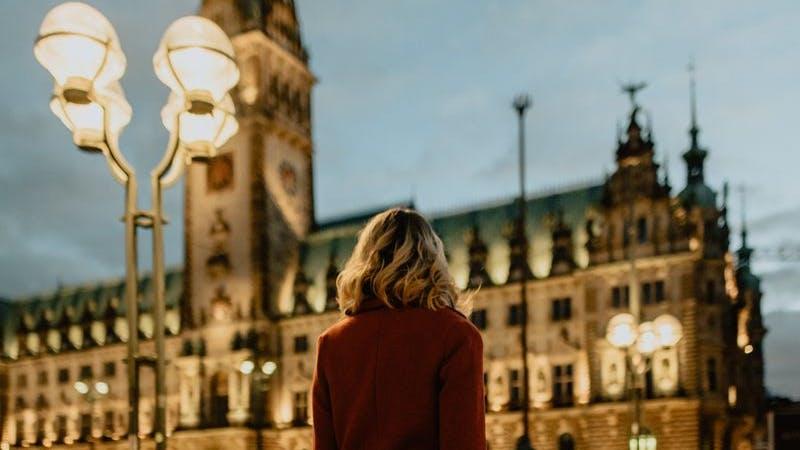 Frau vor dem Rathaus