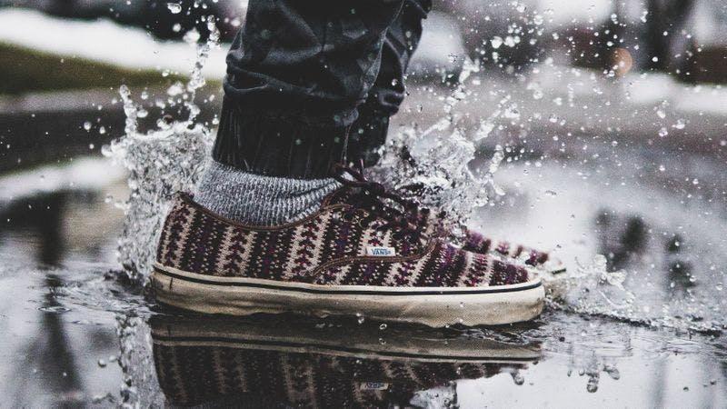 Schuhe in Pfütze