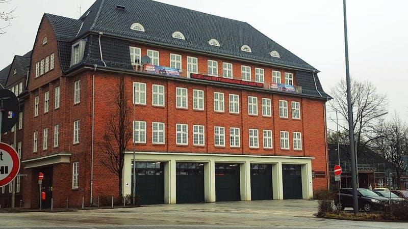 Die Feuerwehr in Hamburg: Die Wache am Berliner Tor. Auf dem Bild ist ein Gebäude aus rotem Backstein zusehen.