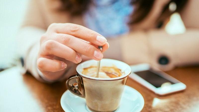Eine Frau genießt einen Kaffee in einem Café.