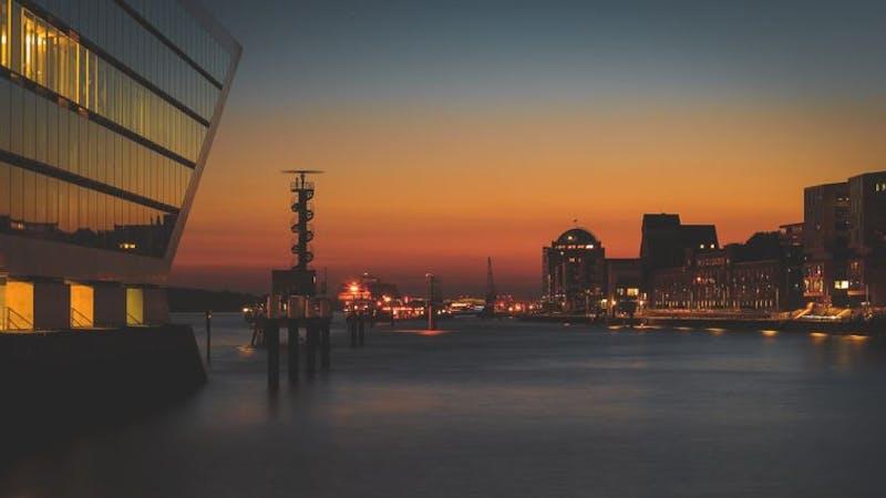 Sonnenuntergang am Fischmarkt mit dem Dockland links