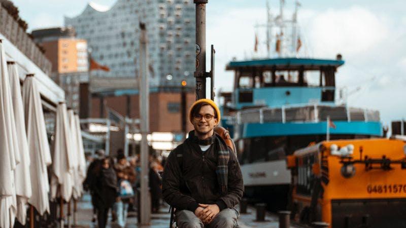 Mann am Hafen mit der Elphi im Hintergrund