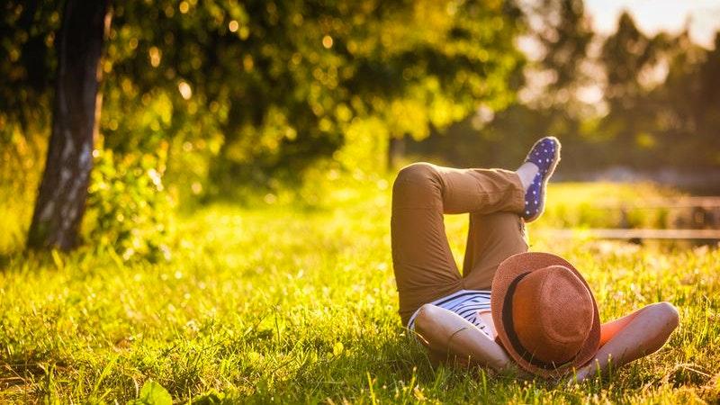 Mann liegt entspannt im Gras