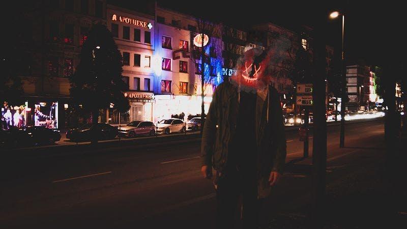 Reeperbahn bei Nacht mit unheimlicher Gestalt im Vordergrund