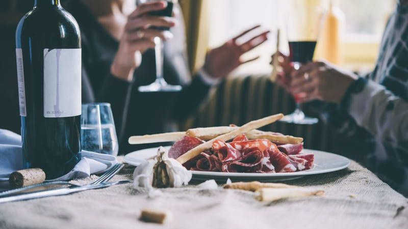 Ein Paar genießt einen Wein in einem italienischen Restaurant.