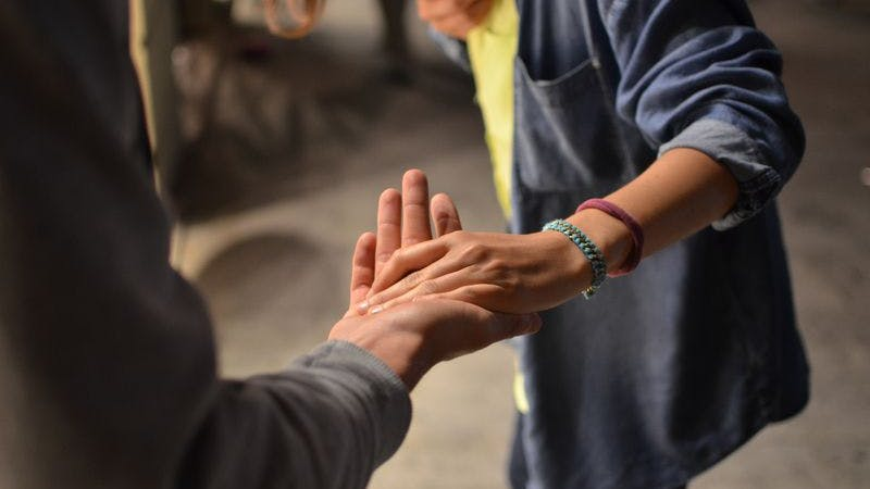 Zusammen, Gemeinsam, Hand, Hände, Begegnung, Unterstützung, Symbolbild