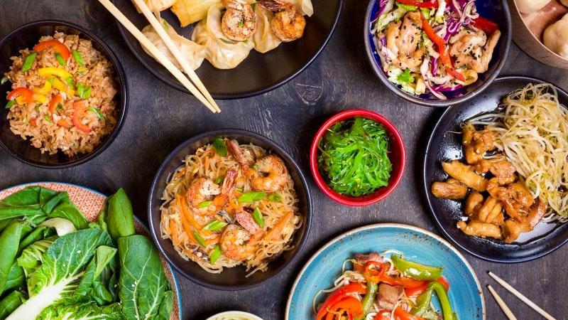 Chinesisches Essen auf einem Tisch