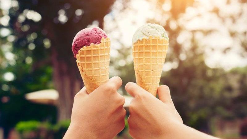 Zwei Hände halten je ein Eis