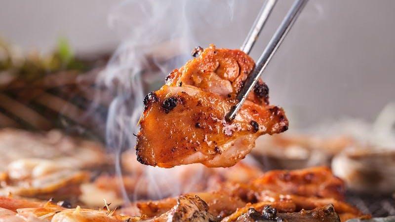 Metallstäbchen halten Stück gegrilltes Fleisch