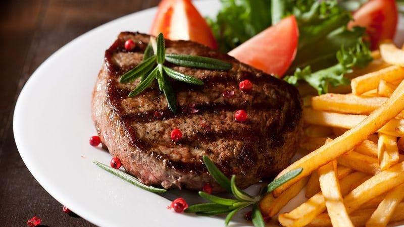 Steak mit Pommes Frites auf Teller