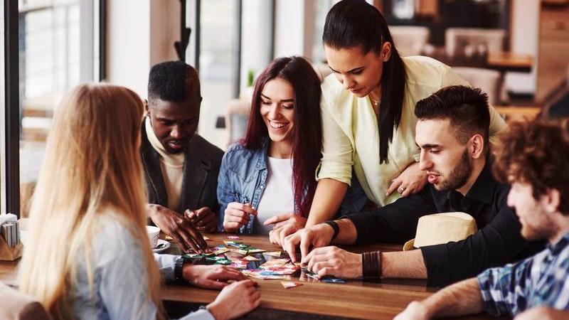Gruppe von Freunden spielt Geselllschaftsspiel