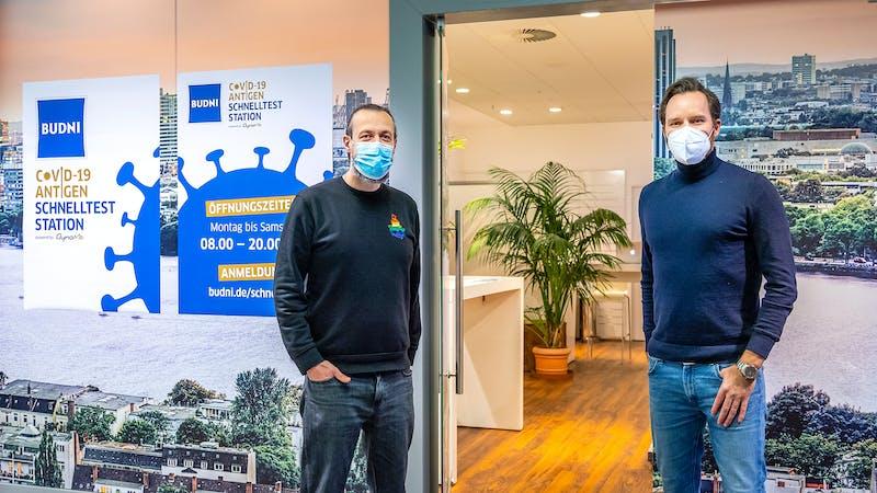 Budni-Geschäftsführer und DynaMe-Chef vor der Corona-Teststation in der Hamburger Meile