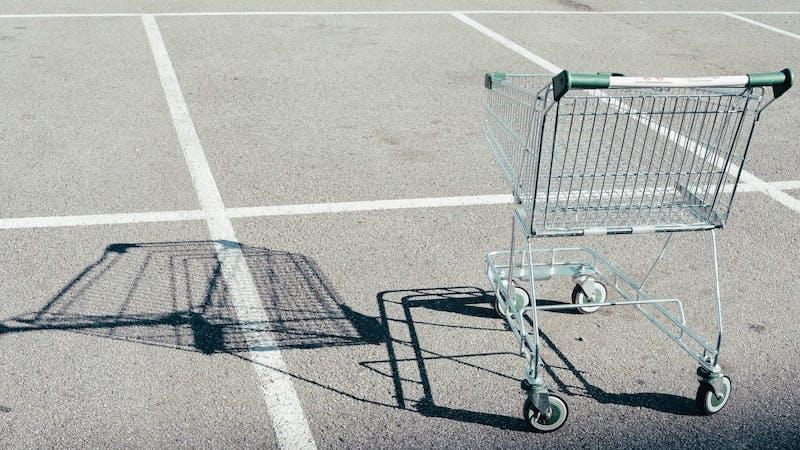 Einkaufswagen auf dem Parkplatz