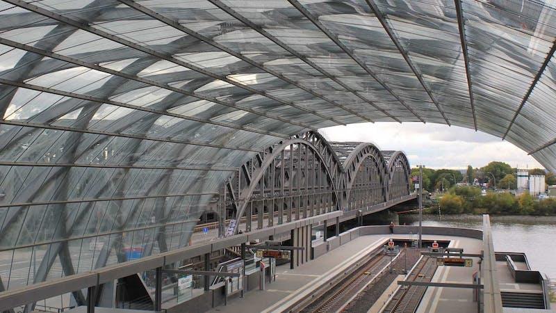 Blick vom Bahnhof Elbbrücken auf die Freihafenelbbrücke