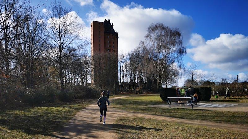 Joggerin vorm Stellinger Wasserturm