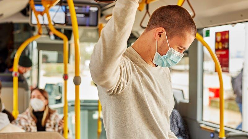 Mann mit Maske im Bus in Hamburg