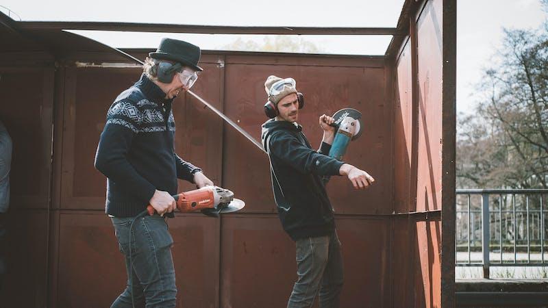 Olli Schulz und Fynn Kliemann mit Schleifmaschinen