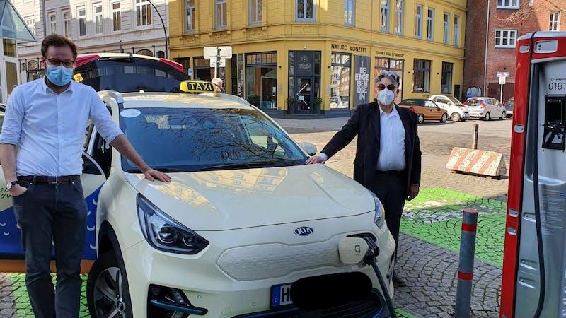 Senator Anjes Tjarks beim Aufladen eines E-Taxis
