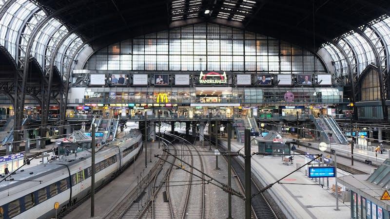 Blick auf die gegenüberliegende Wandelhalle im Hauptbahnhof