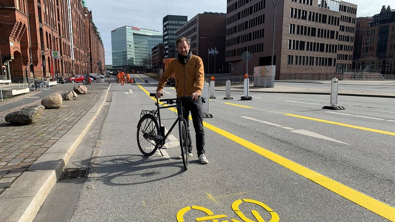 Senator Anjes Tjarks auf Pop-up-Bikelane in der HafenCity