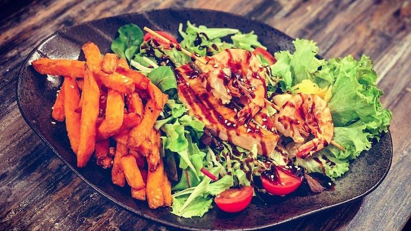 Garnelenspieße und Lachs beim Restaurant Simple Kitchen